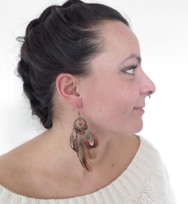 boucle-d'oreille-ethnique-plume-naturelle-rouge-