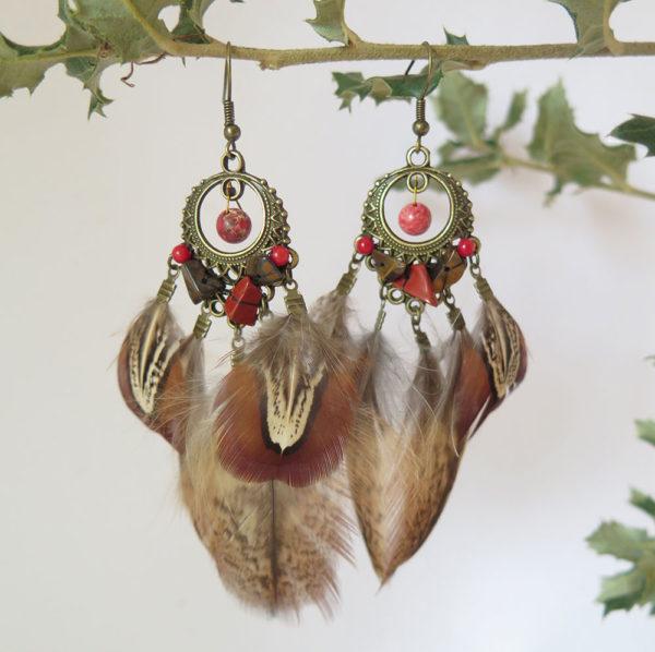 boucle-d'oreille-ethnique-plume-naturelle-rouge