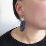 boucle-d'oreille-plume-naturelle-bleue-visage