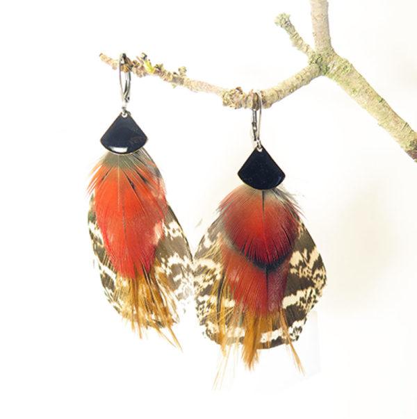 boucle-d'oreille-plume-naturelle-rouge