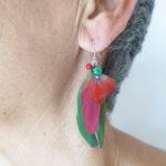 boucle-d'oreille-plume-naturelle-rouge-pierre-visage
