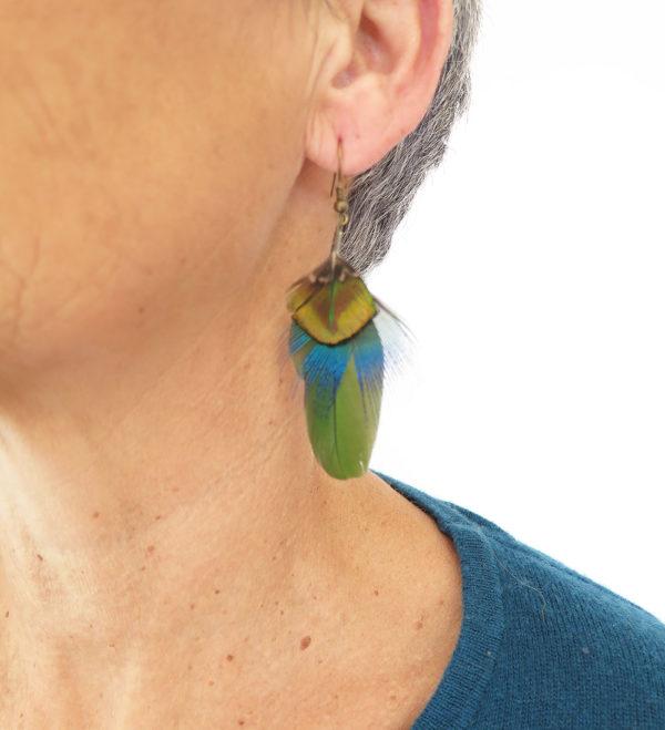 boucle-d'oreille-plume-naturelle-vert-visage