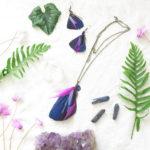 boucle-d'oreille-plume-naturelle-violet-ambiance