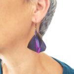 boucle-d'oreille-plume-naturelle-violet-visage