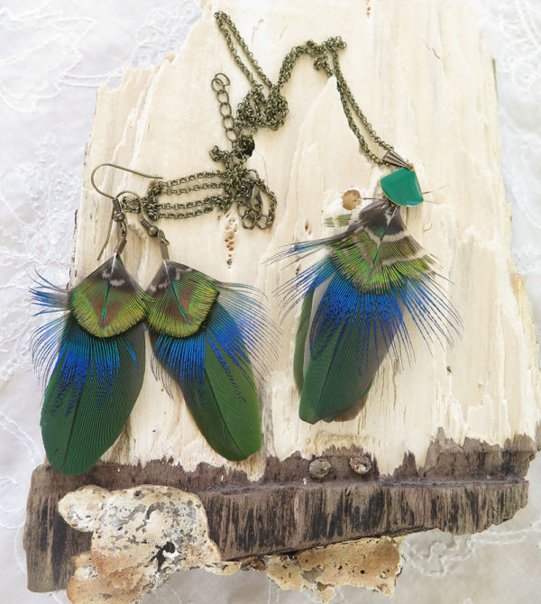 collier-boucle-plume-naturelle-vert-ambiance