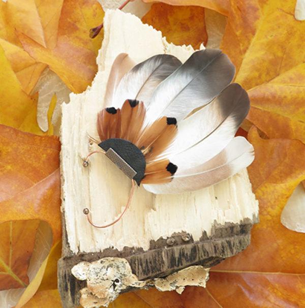 ear-cuff-plume-naturelle-beige-ambiance